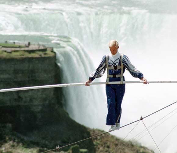 Jay Cochrane skywalks in Niagara Falls on May 21, 2002. ©Mark D Phillips